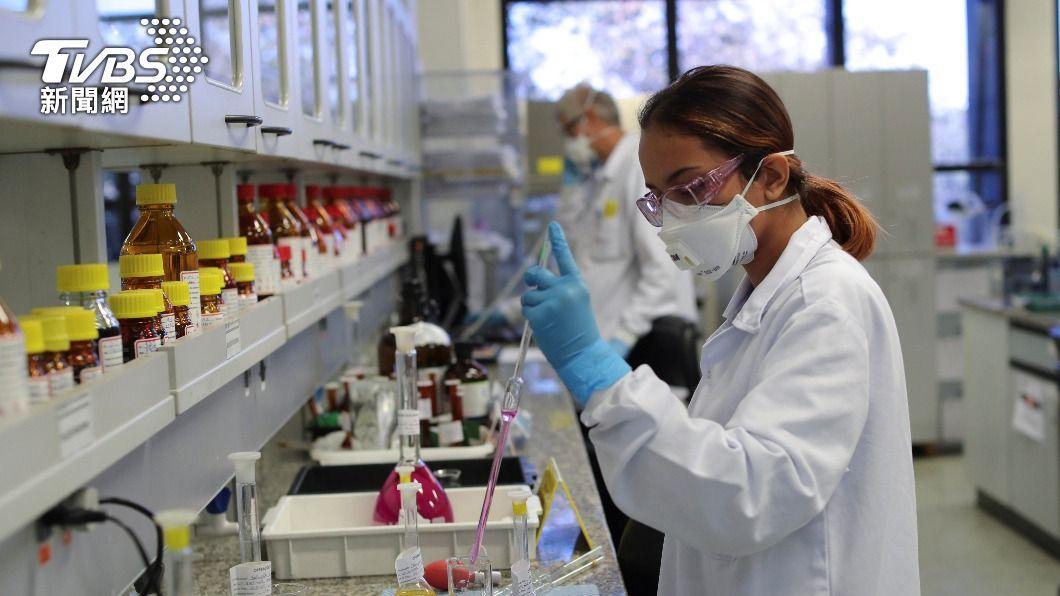 專家認為,疫苗供應不足是巴西對抗疫情的主要問題。(圖/達志影像路透社) 巴西老年人未按時打第2劑疫苗 專家憂第3波疫情