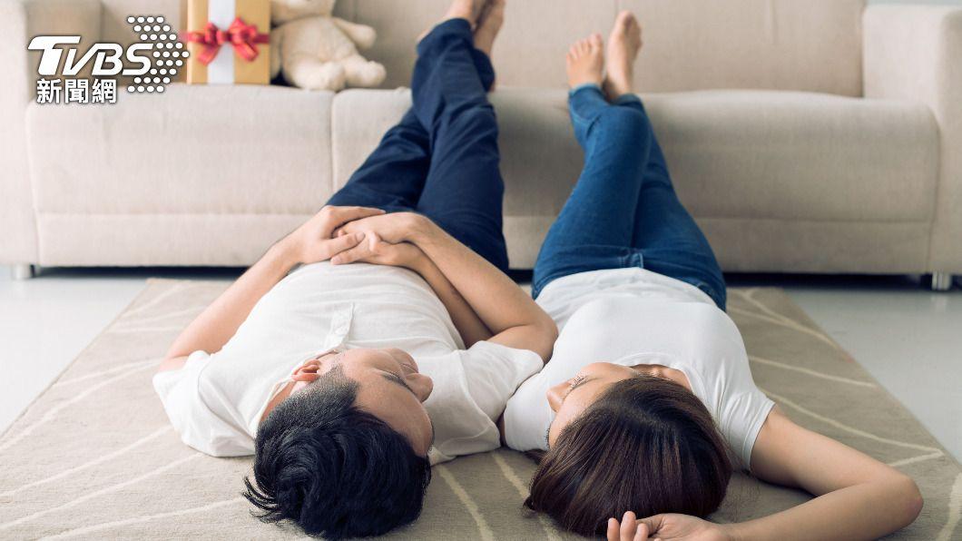 夫妻在家防疫期間可營造小確幸轉移焦躁不安的情緒。(示意圖/shutterstock達志影像) 居家上班爆離婚潮 專家曝6密技夫妻不再「相看兩相厭」
