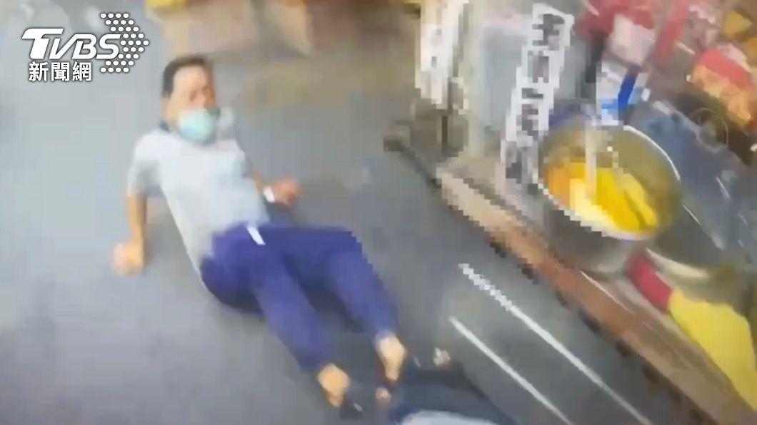 盧姓男子逃跑時跌倒。(圖/TVBS) 又是你!阿伯公園閒晃二度不戴口罩 遭逮竟還推打警察