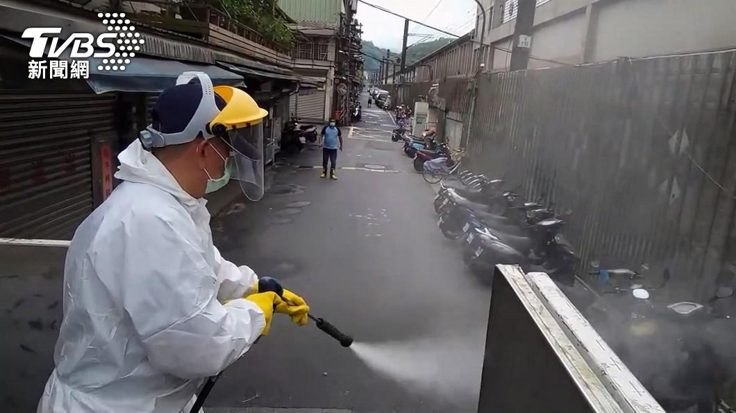 消毒人員進行環境噴消。(圖/TVBS資料畫面) 不斷更新/本土+167 檳榔攤、超市、藥局列足跡