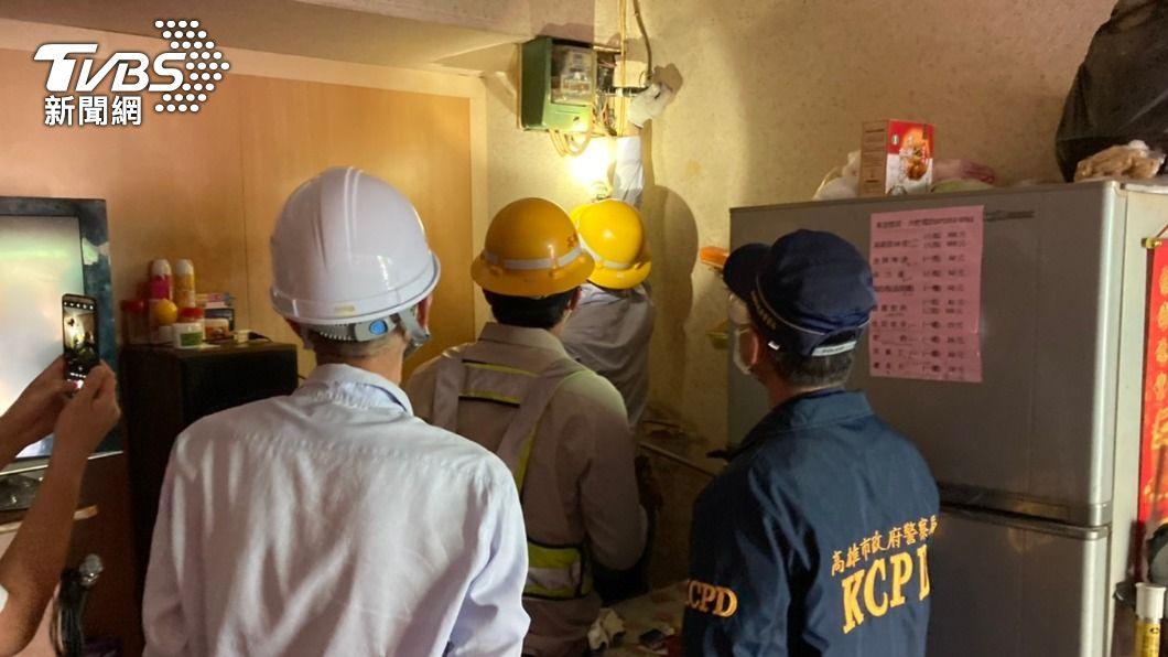 市府今早到場斷水電。(圖/TVBS) 不甩防疫!大社卡拉OK三級警戒偷營業 遭市府斷水斷電