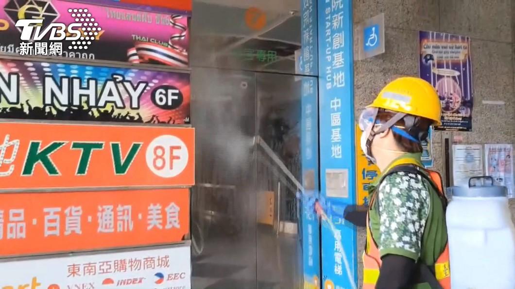 台中市足跡進行環境噴消。(圖/TVBS) 台中增5本土!確診者赴超市、駕訓班 還逛總站夜市