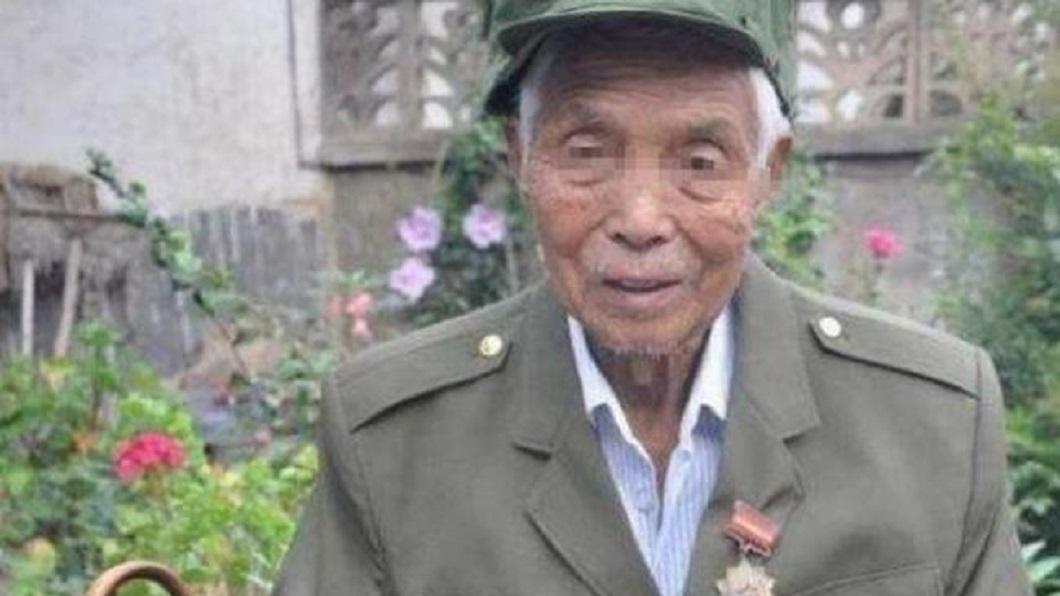 大陸一名老兵黃乾宗年輕時長得很帥,被2名越南女兵綁架到深山共同生活13年。(圖/翻攝自網易新聞) 長太帥錯了?少年被2女兵綁架 慘當13年「壓寨丈夫」