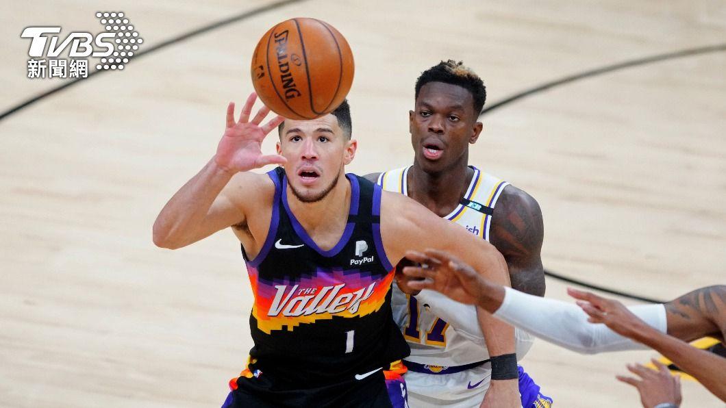 NBA太陽布克轟下34分。(圖/達志影像路透社) 布克34分艾頓雙十 太陽季後賽首戰扳倒湖人