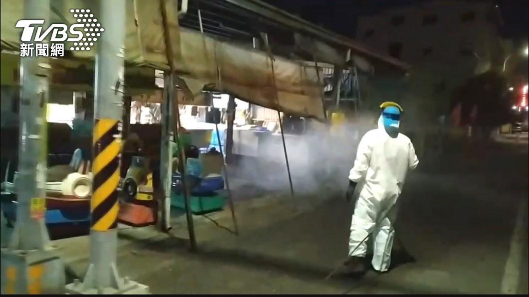 消毒人員執行環境噴消。(示意圖/TVBS) 不斷更新/本土262各地活動史 花蓮男足跡近300km
