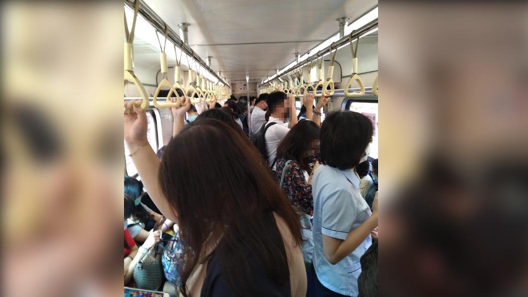 網友在PTT上PO出減班後現況。(圖/翻攝自PTT) 台鐵減班!乘客變相群聚 鄉民PO現況嚇壞大家
