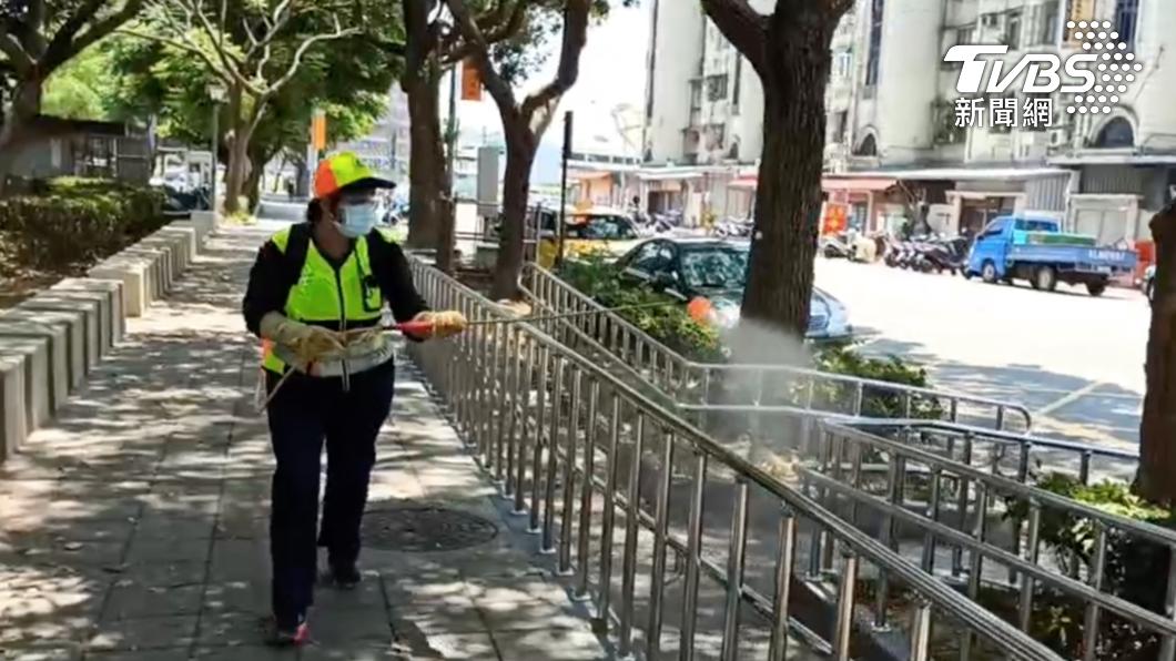 消毒人員於陽明公園進行噴消。(圖/TVBS) 桃園增19+6! 足跡遍布多家全聯、家樂福、公園