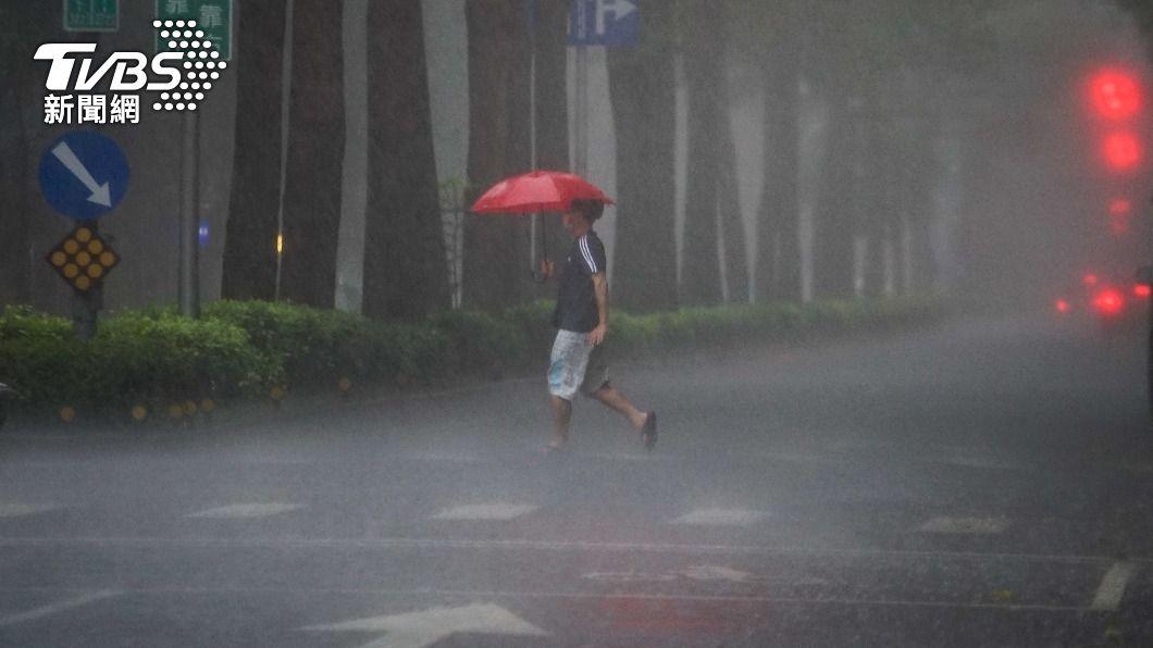 北市降下大雨。(圖/中央社) 鋒面接近雨區擴大! 氣象局發布「7縣市豪雨特報」
