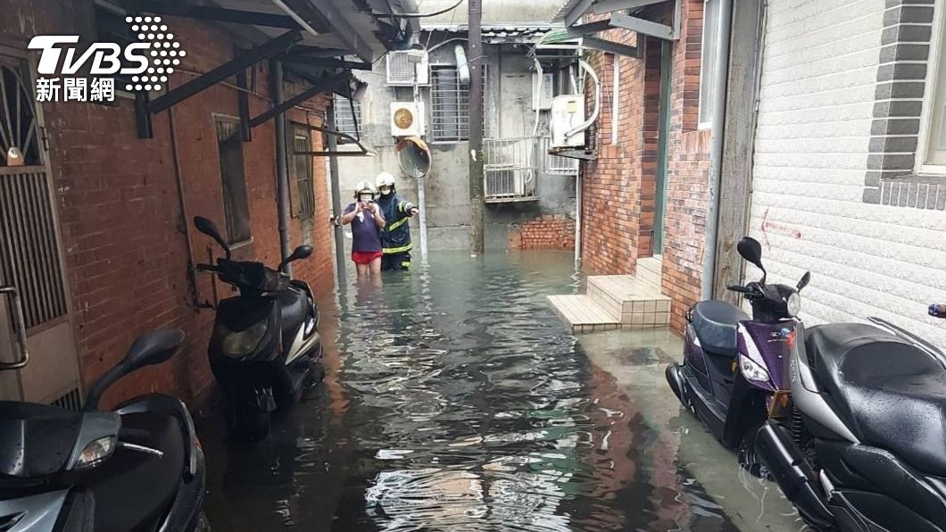 (圖/中央社) 北市午後局部強降雨 內湖一度水淹及膝