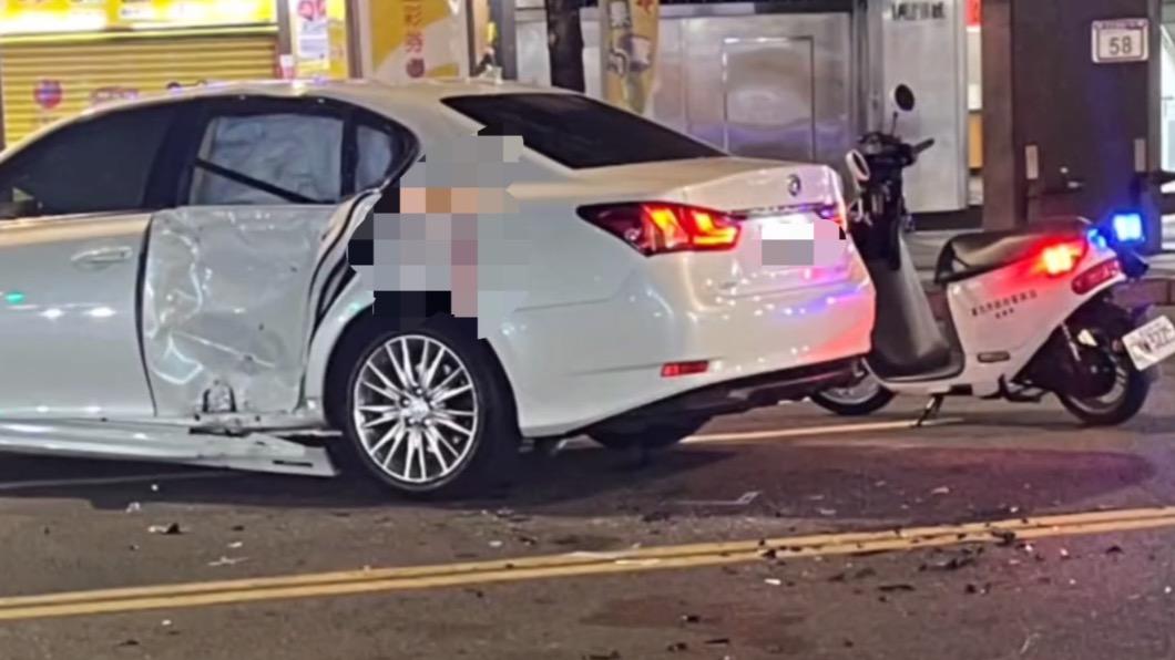 白色轎車變形。(圖/翻攝自記者爆料網) 女駕駛路中間「無敵大迴轉」 害機車騎士慘撞渾身傷
