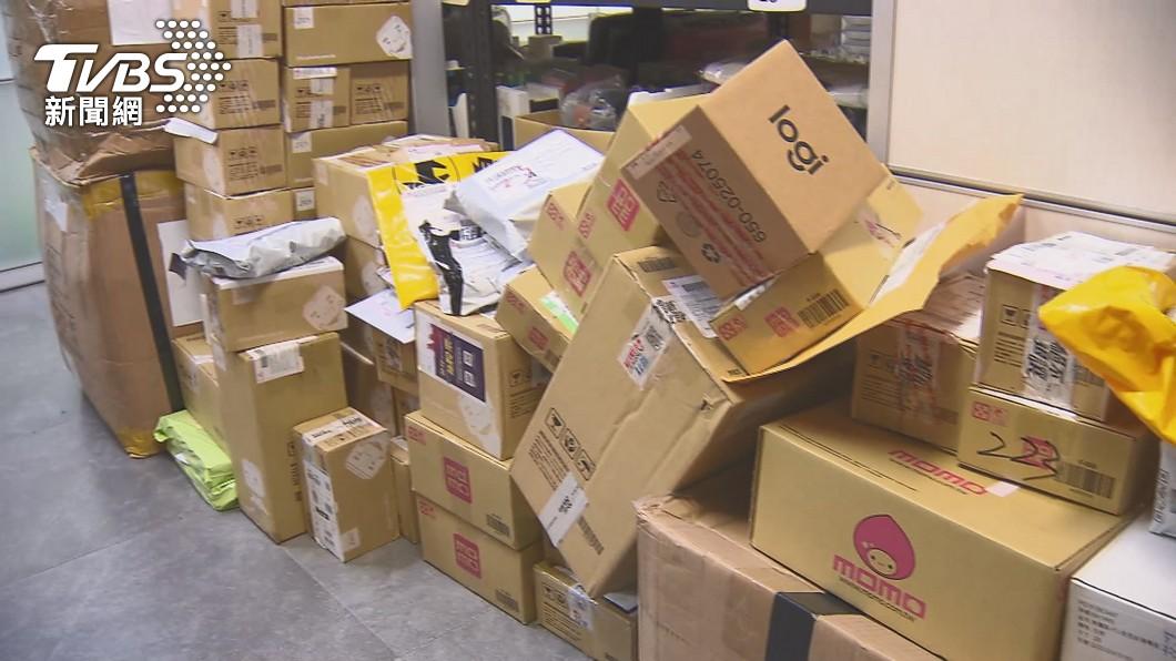 各地超商、物流中心被貨物塞滿滿。(圖/TVBS) 狂接催貨電話 宅配司機無奈洩現況:口罩沒乾過