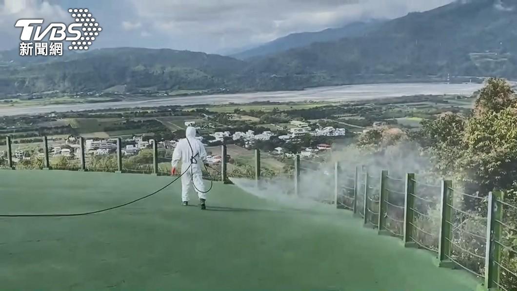 確診者曾赴台東,人員緊急執行環境噴消。(圖/TVBS) 不斷更新/本土281!病毒全台趴趴走 台東破蛋足跡曝