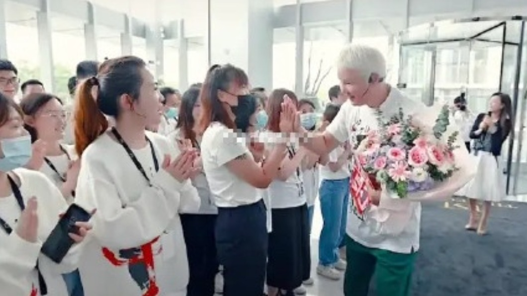林瑞陽日前歡慶61歲生日。(圖/翻攝自微博) 林瑞陽慶生宛如皇帝 女員工「下跪示愛」浮誇場面曝