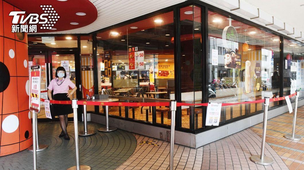 麥當勞暫停內用服務。(圖/中央社) 全台三級警戒延至6/14 麥當勞暫停內用也延長