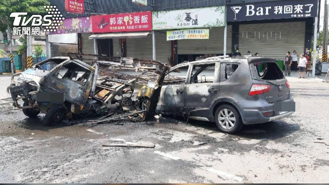 大社發生嚴重車禍。(圖/TVBS) 大社車禍連環撞波及多輛汽機車 貨車起火燒到剩骨架