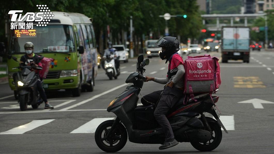 民眾因疫情減少外出,外送需求大增。(圖/中央社) 外送平台消費爭議 「訂餐遭取消不退費」最多