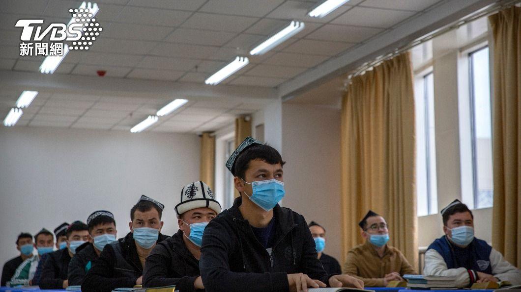 維吾爾人被送往新疆「再教育營」。(圖/達志影像美聯社) 大陸傳開發AI系統 偵測維吾爾人情緒