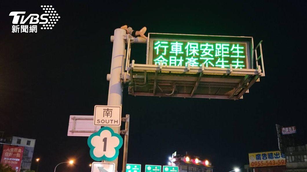 馬尾女子爬上號誌燈桿。(圖/TVBS) 熱褲女爬8公尺號誌燈桿跳下 嚇壞警消與路人