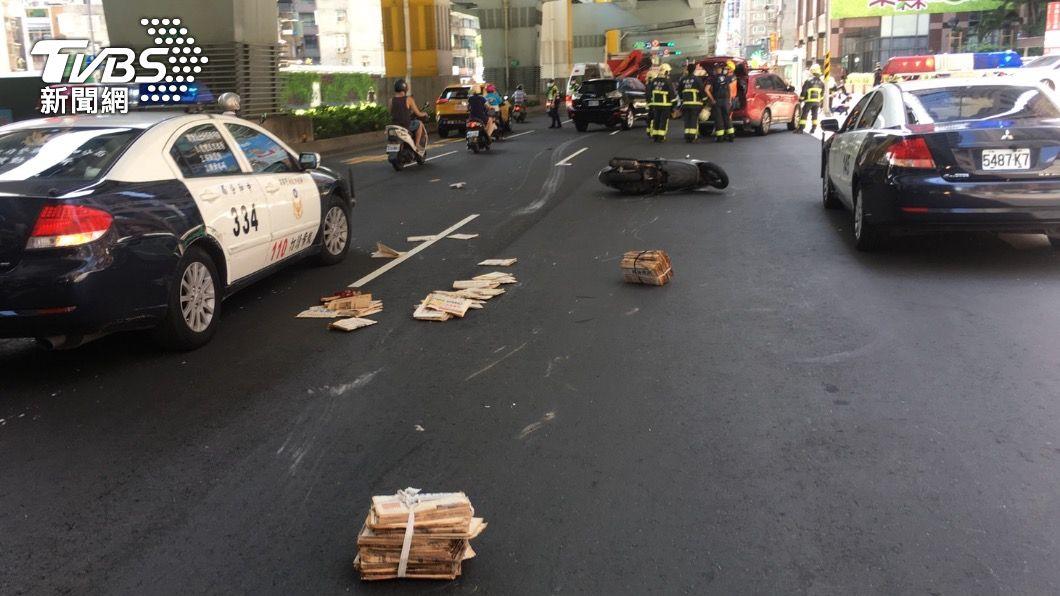女大生因輾過報紙摔車遭追撞。(圖/TVBS) 護專女學生騎車壓2捆報紙自摔 遭後車輾過全身骨折
