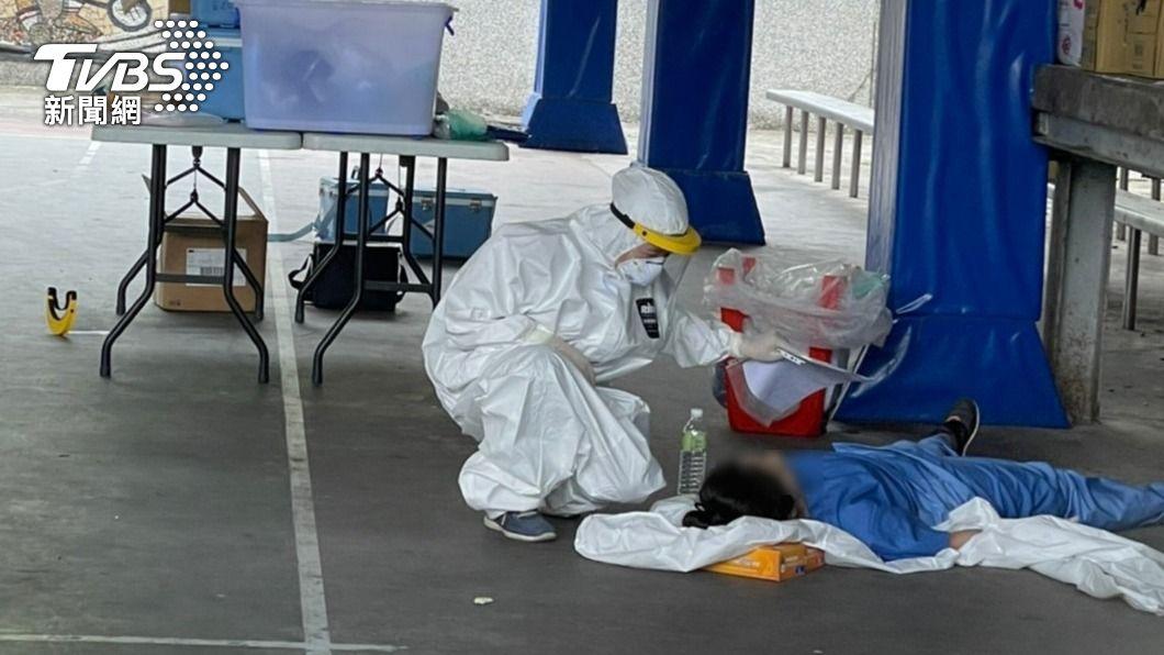 (圖/中央社) 護理師大熱天穿「兔寶寶裝」中暑昏倒 惹民眾心疼