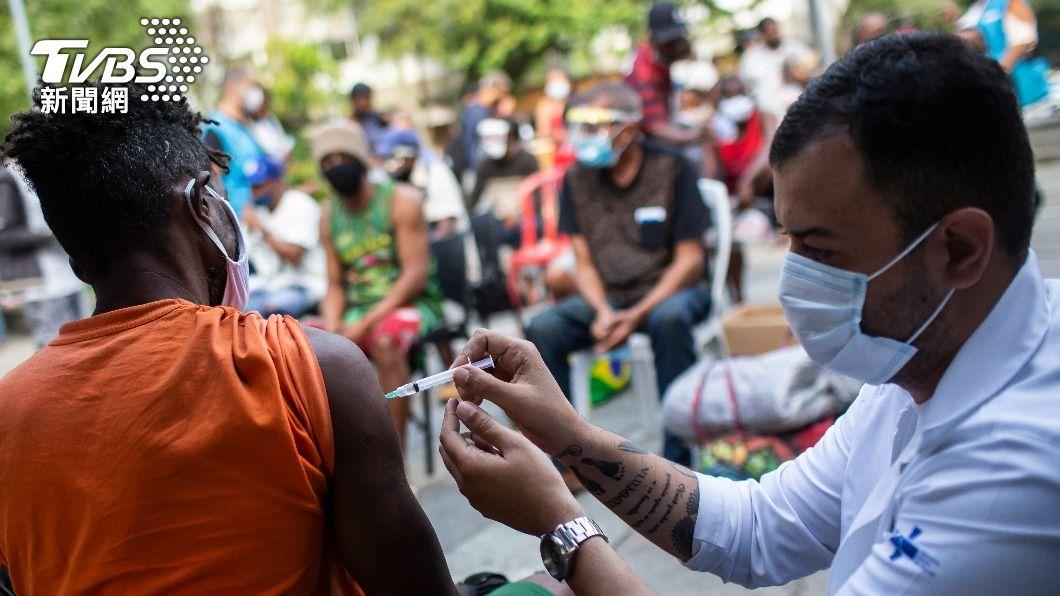 巴西民眾施打疫苗。(圖/達志影像美聯社) 巴西疫情大流行 政府遭控阻礙疫苗接種進度