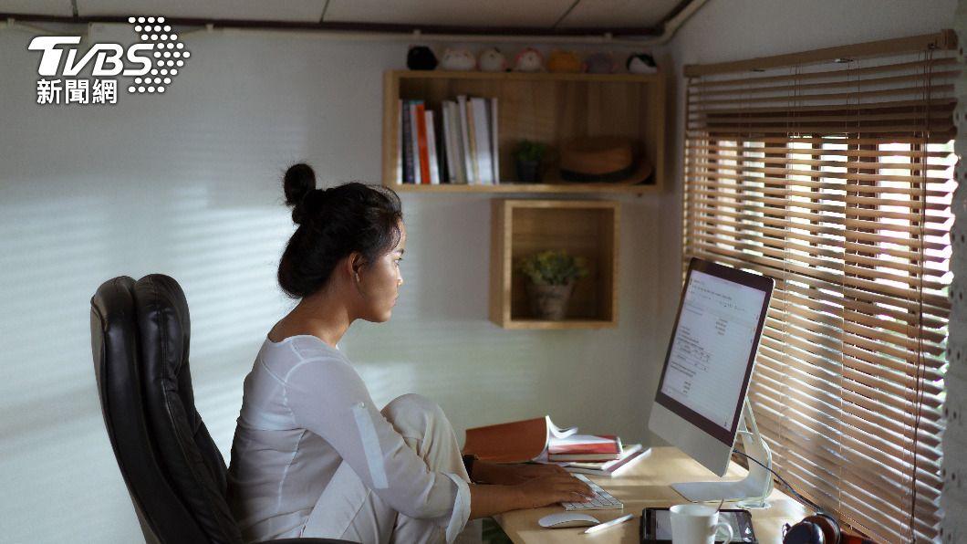 受疫情影響,居家辦公成為許多人的上班方式。(圖/shutterstock達志影像) 觀點/新冠疫情衝擊 讓防疫升級帶動產業轉型