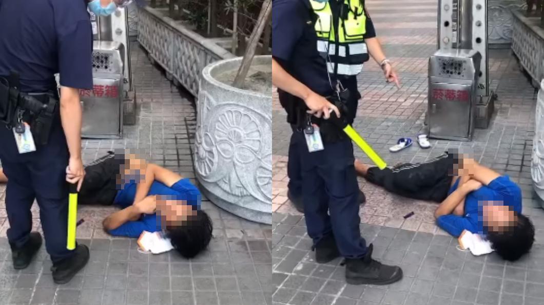 藍衣男躺在地上,堅決不配戴口罩。(圖/翻攝自爆料公社公開版) 「口罩放旁邊不戴」躺路邊耍賴 男嗆警:你拿槍把我斃了
