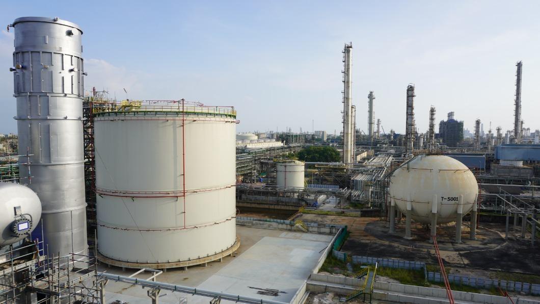 全球石油三巨頭因減少碳排放成效不彰,遭到全球7個環保團體串聯提告。(圖/shutterstock達志影像) 觀點/全球對抗氣候暖化歷史轉捩點 化石能源年代將告終