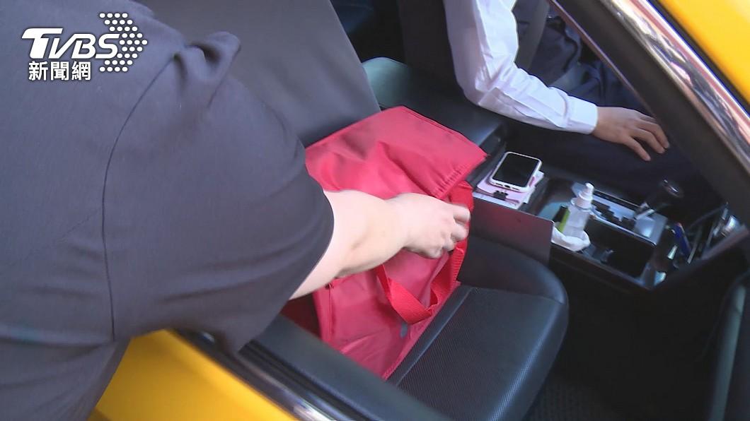 高雄開放計程車加入物流,小黃司機外送美食。(圖/TVBS) 餐飲外送與計程車互助經濟 高市府:協助數位轉型