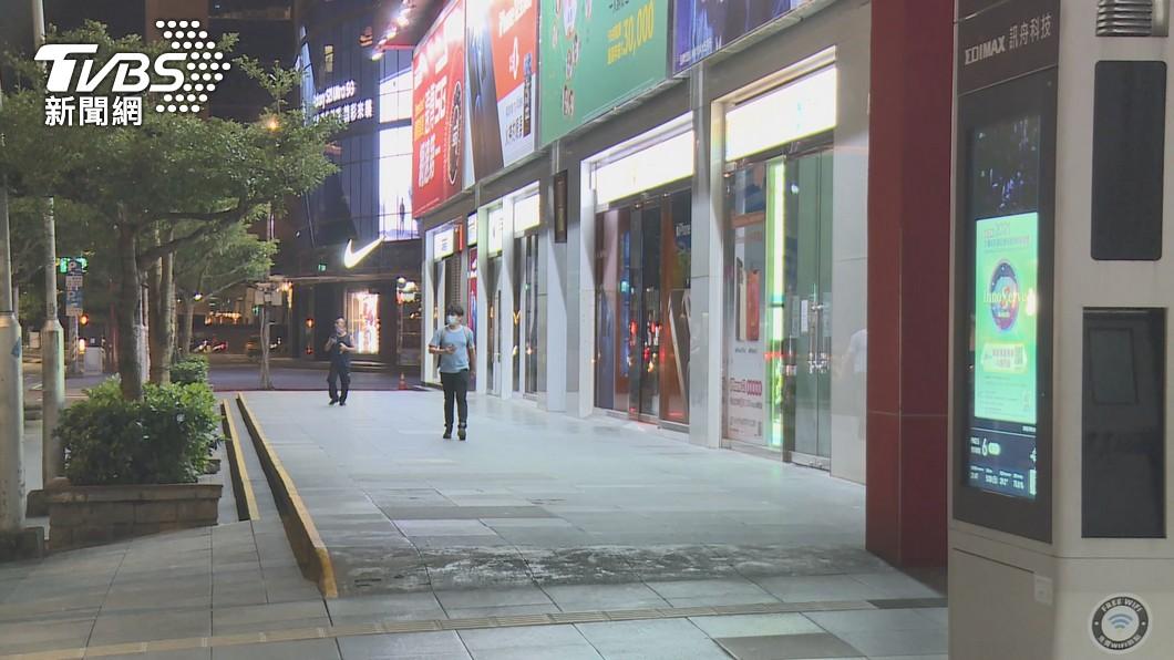 民眾自主封城,平常熱鬧的街道宛如空城。(圖/TVBS) 民眾自主封城疲乏?北市交工處:車流量回升「人跑出來」