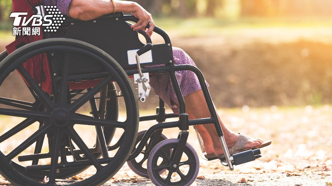 高雄一名婦人推著輪椅走了17個小時。(示意圖/shutterstock 達志影像) 獨居婦防疫悶壞 推輪椅出門17hrs「走上國道」