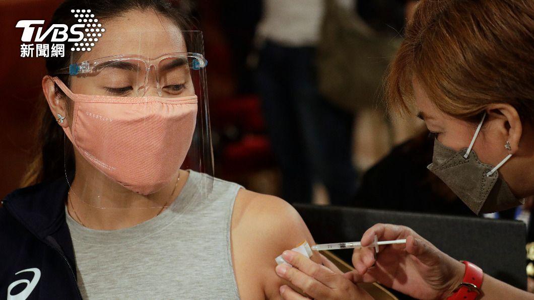 疫苗施打作業慢恐增加疫情蔓延速度。(圖/達志影像美聯社) 新冠疫情欲終結 世衛:至少7成人打疫苗