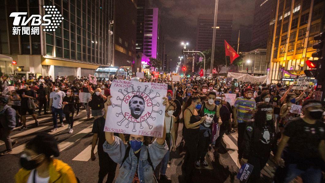 巴西民眾上街舉行反政府遊行。(圖/達志影像美聯社) 巴西總統抗疫不力 全國逾16城串連上街遊行