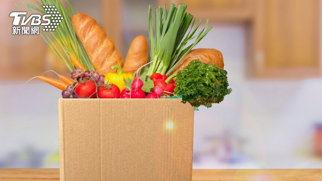 受疫情影響,各家業者紛紛推出「蔬菜箱」,避免出門群聚風險。(示意圖/shutterstock達志影像) 居家防疫大作戰!零接觸配送7大通路「蔬菜箱」