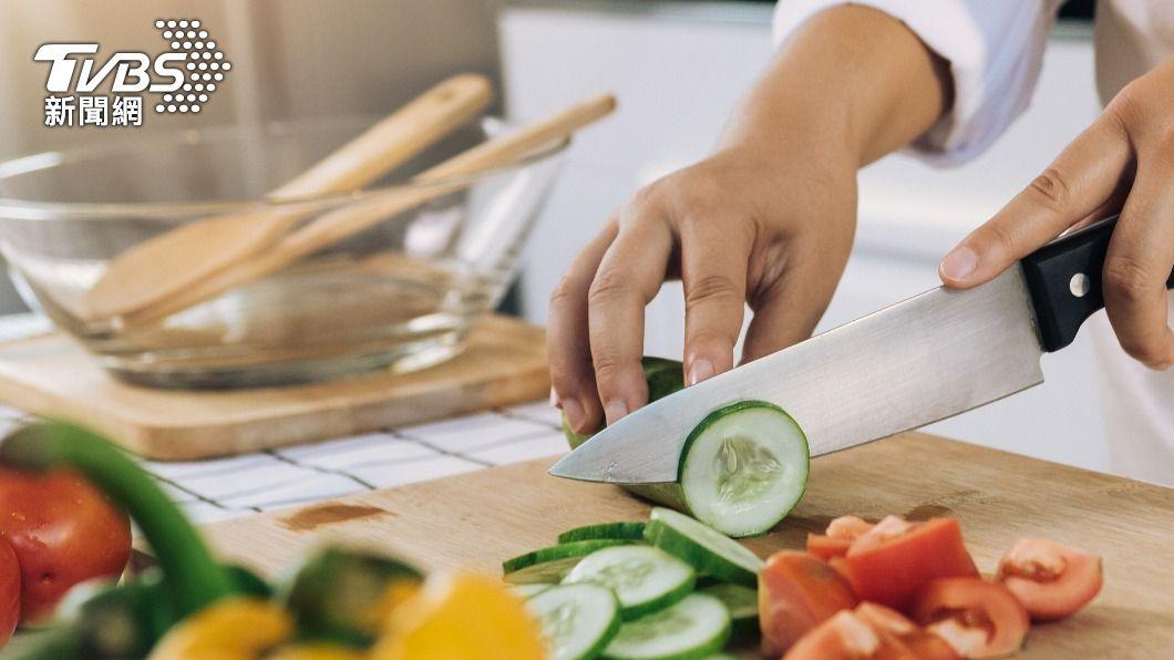防疫升級,許多人改在家烹飪。(示意圖/shutterstock 達志影像) 宅在家下廚跑急診「縫手指」 主廚曝這招解決