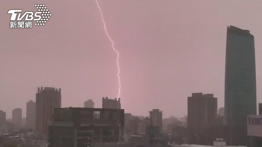 氣象局請民眾注意雷擊及強陣風,山區請慎防坍方。(圖/TVBS) 水彈來襲!6縣市晚間降豪大雨 低窪地區慎防淹水
