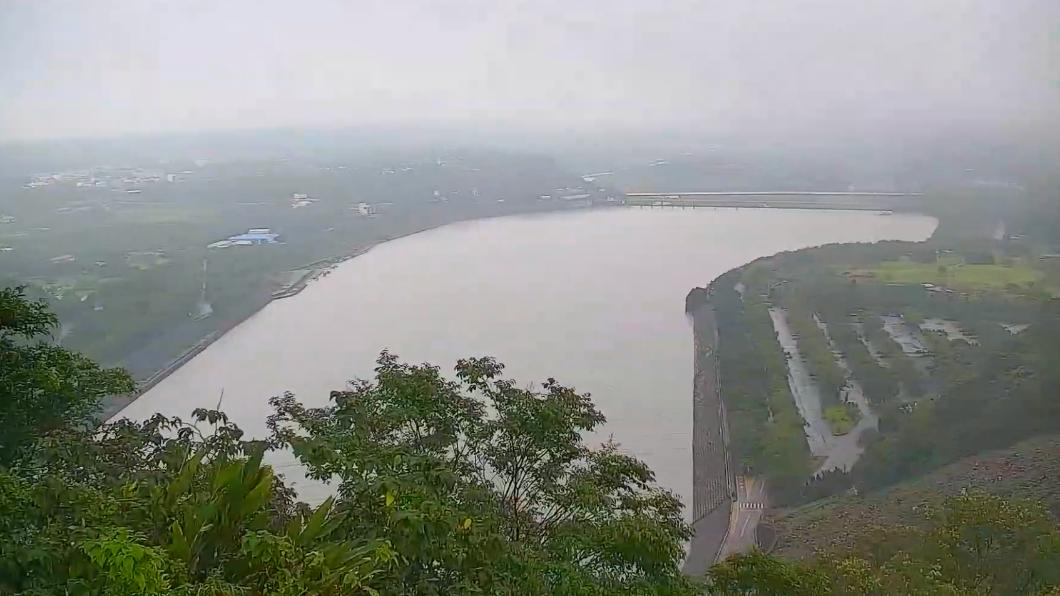 石門水庫即時影像。(圖/翻攝自桃園智慧旅遊雲 Taoyuan Travel YouTube) 梅雨發威灌水庫 單日雨量最大贏家「進補257毫米」