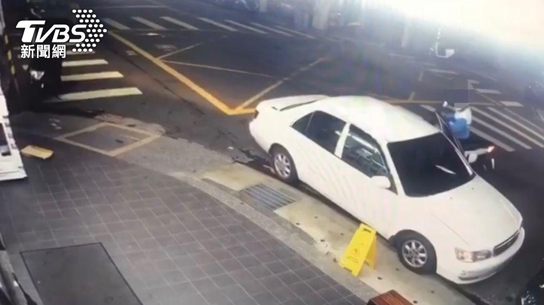 犯嫌騎機車行搶。(圖/TVBS) 「長夾放後方口袋外露」犯嫌騎機車行搶 13小時遭逮