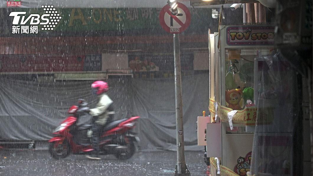 (圖/中央社) 颱風彩雲逼近恆春半島 屏東災害應變中心2級開設