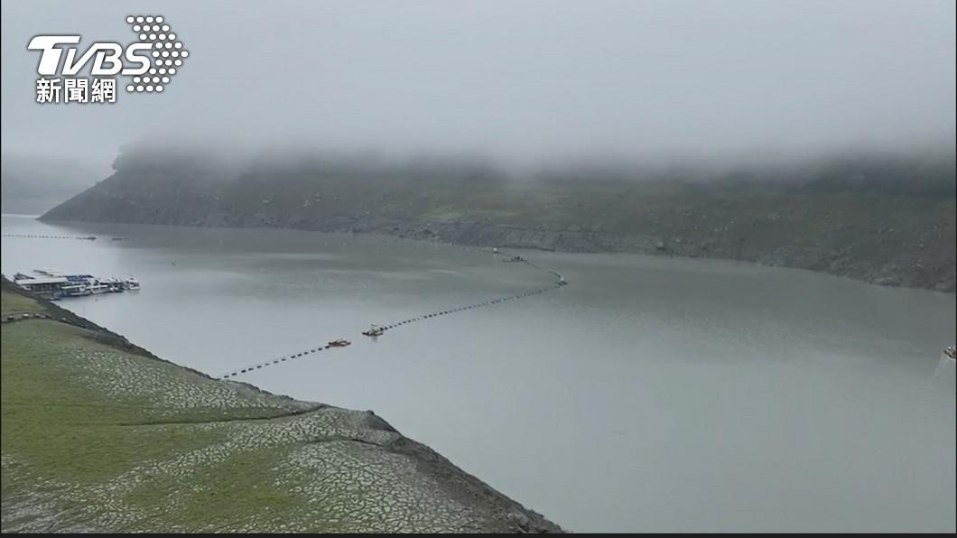 石門水庫水位緩慢回升中。(圖/TVBS資料畫面) 這2座水庫最大贏家!專家曬圖「正在雷雨中」網嗨翻