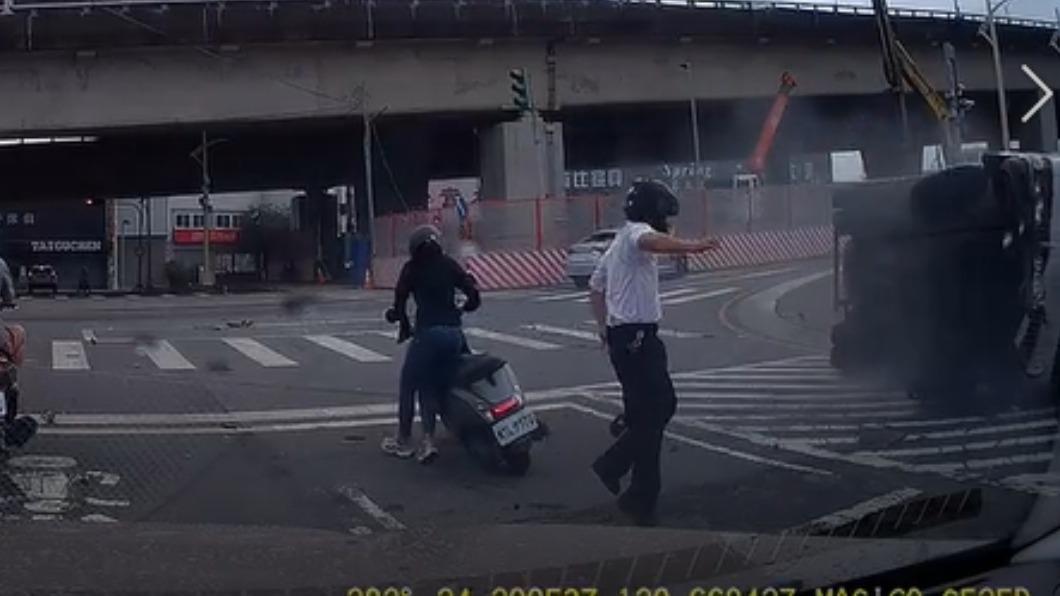 騎士機警跳車逃過一劫。(圖/翻攝自爆料公社) 婦人迴轉闖紅燈遭撞 貨車翻滑行波及對向 騎士棄車逃命