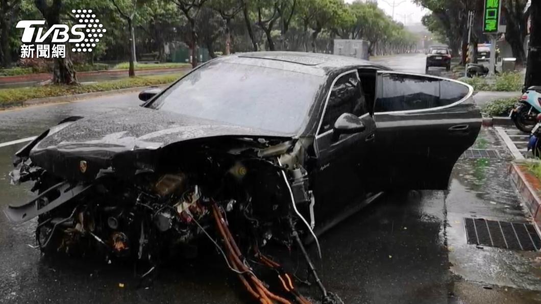 保時捷在事故後車頭毀損。(圖/TVBS) 總統官邸前重大車禍!保時捷撞爛釀4傷 路燈斷橫躺路面
