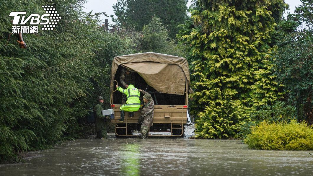 (圖/達志影像美聯社) 紐西蘭豪雨成災沖毀道路 當局派遣軍隊撤離數百人