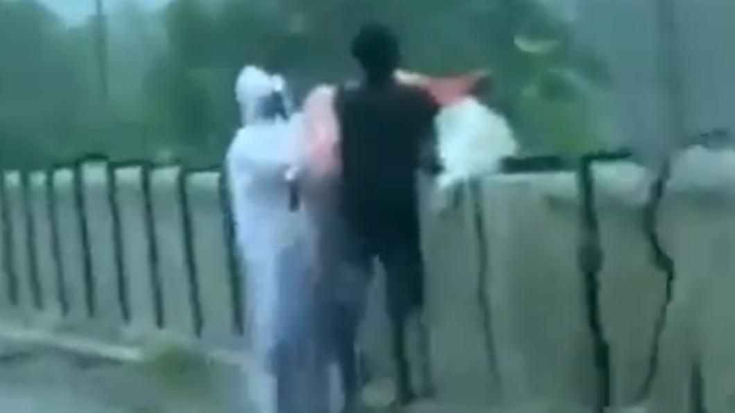 印度人將確診者遺體丟入河裡。(圖/翻攝自@srinivasiyc推特) 印度火化場滿載!確診者遺體「被丟河裡」家屬挨告