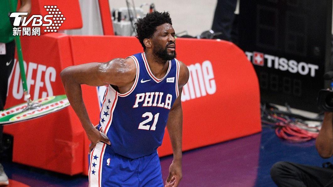 76人恩比德傷退。(圖/達志影像美聯社) 76人恩比德傷退 NBA巫師季後賽搶下首勝