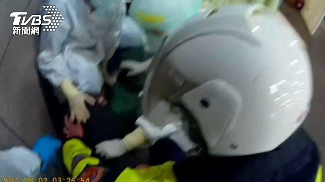 警方到場壓制確診患者。(圖/TVBS) 確診通緝犯砸隔離屋玻璃!竟搭捷運逃回萬華住家遭警逮