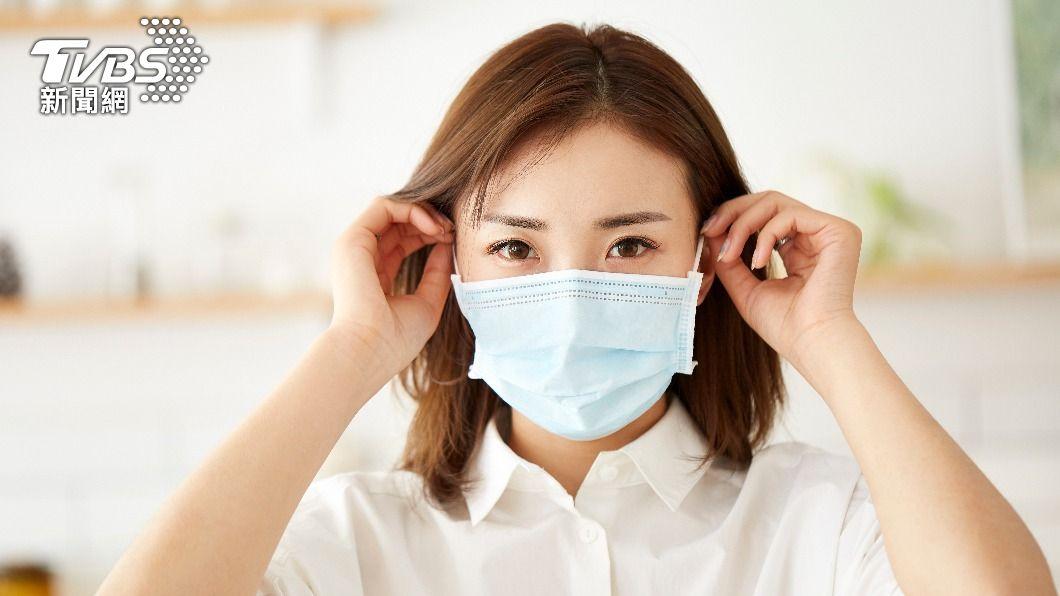 疫情升溫,口罩成為必備防疫物資。(圖/shutterstock達志影像) 網傳口罩摺痕向上「易藏細菌」 專家來解答
