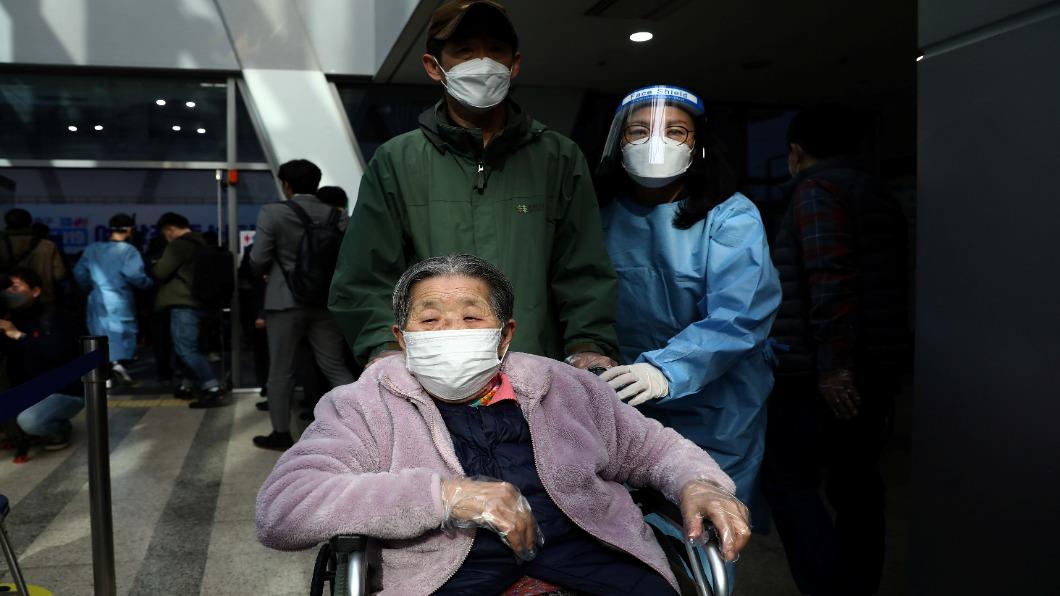 圖/達志影像路透 接種率近12%!南韓療養院開放「面對面」探親