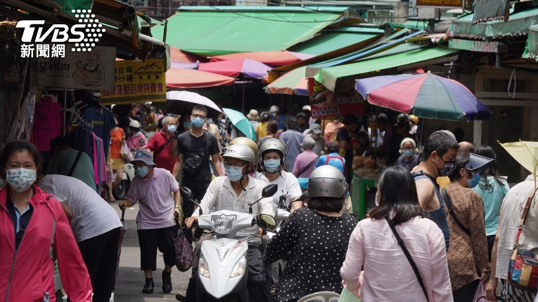 圖為民眾到市場採買。(圖/中央社) 北市5市場即時影像上線 籲民眾看人少再出門