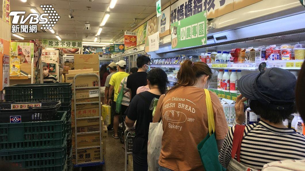 民眾到超市採買。(示意圖/中央社) 高市賣場超市6/5起人流管制 1坪1人容留上限